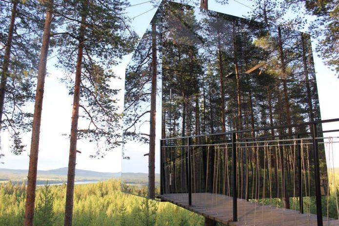 огледална сграда под формата на куб