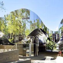 Раствориться в ландшафте: 8 зданий с зеркальными фасадами-5