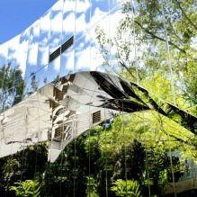 Раствориться в ландшафте: 8 зданий с зеркальными фасадами-6