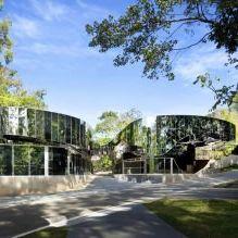 Раствориться в ландшафте: 8 зданий с зеркальными фасадами-7