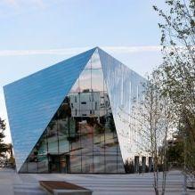 Раствориться в ландшафте: 8 зданий с зеркальными фасадами-10