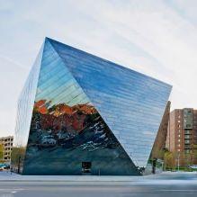 Раствориться в ландшафте: 8 зданий с зеркальными фасадами-11