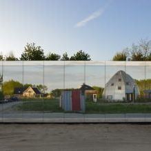 Раствориться в ландшафте: 8 зданий с зеркальными фасадами-15