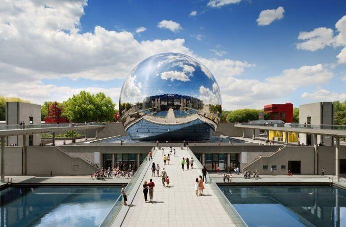 огледална сграда във формата на сфера