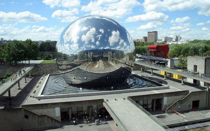 зеркальное здание в форме сферы
