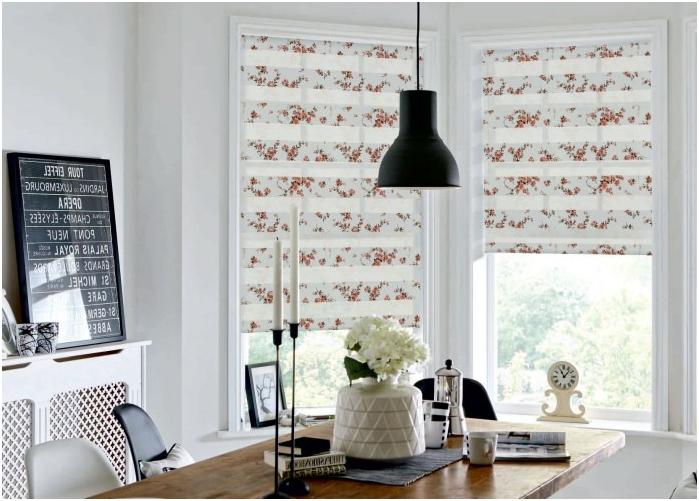 dekoracja okna z roletami rzymskimi