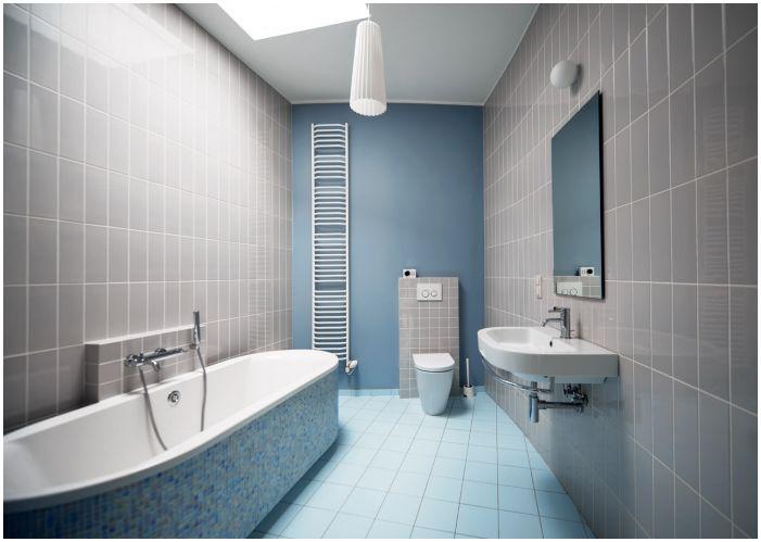 сиви плочки в банята, комбинирани със сини стени