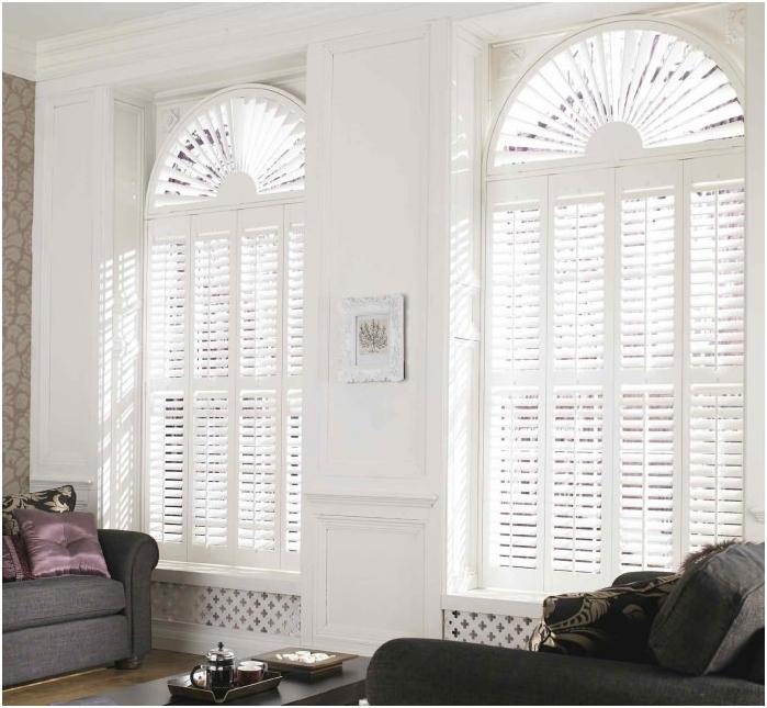 снимка на завеси върху сводести прозорци: плисирани щори