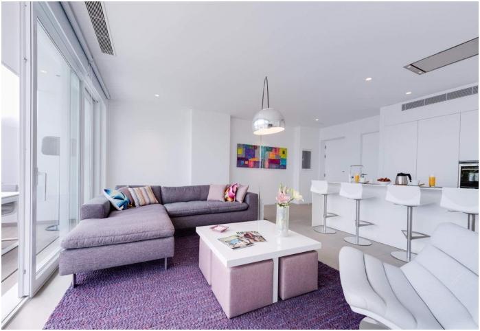 Лавандулов бял цвят в интериора на кухнята-хол в стила на минимализма