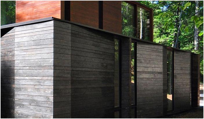 Текстурирана фасада, облечена в кедрови дъски.