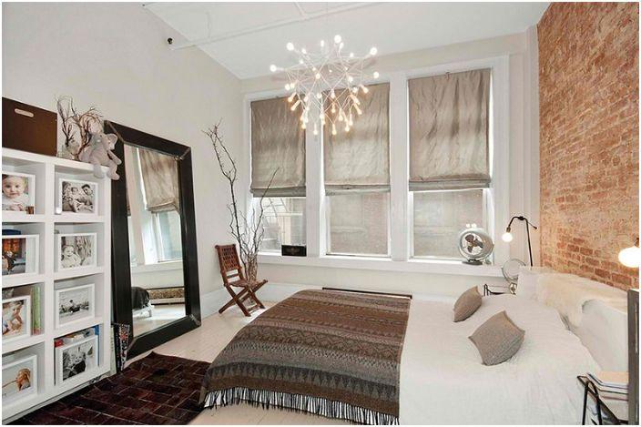 Łóżko stało się centralnym punktem tego pokoju i dodało kreatywnego uroku stylowi loftu.