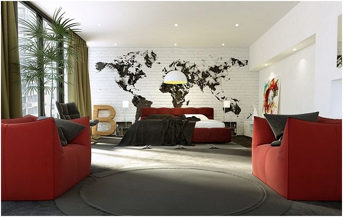 Ciekawym akcentem sypialni w stylu loftu jest mapa na ceglanej ścianie, która prezentuje się bardzo atrakcyjnie.