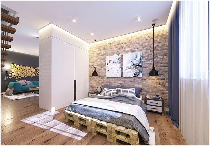 Спалнята в стил лофт се допълва от дървени подове и тухлени стени.