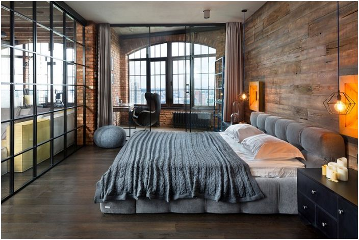 Ciekawe łóżko w tej sypialni dodaje specyficznego nastroju, uzupełnia ogólny obraz drewnianymi ścianami.