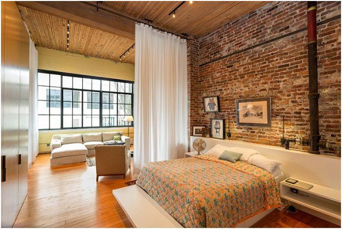 Jasna sypialnia z ciepłym oświetleniem, które doskonale łączy ściany, sufit i podłogi.