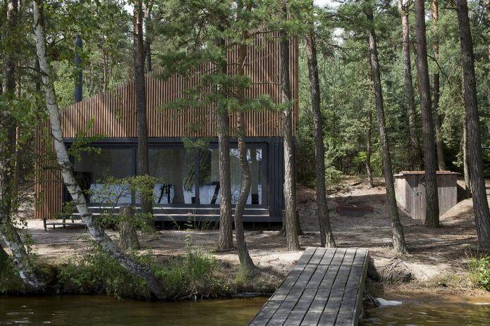 Nowoczesny projekt małego prywatnego domu w lesie