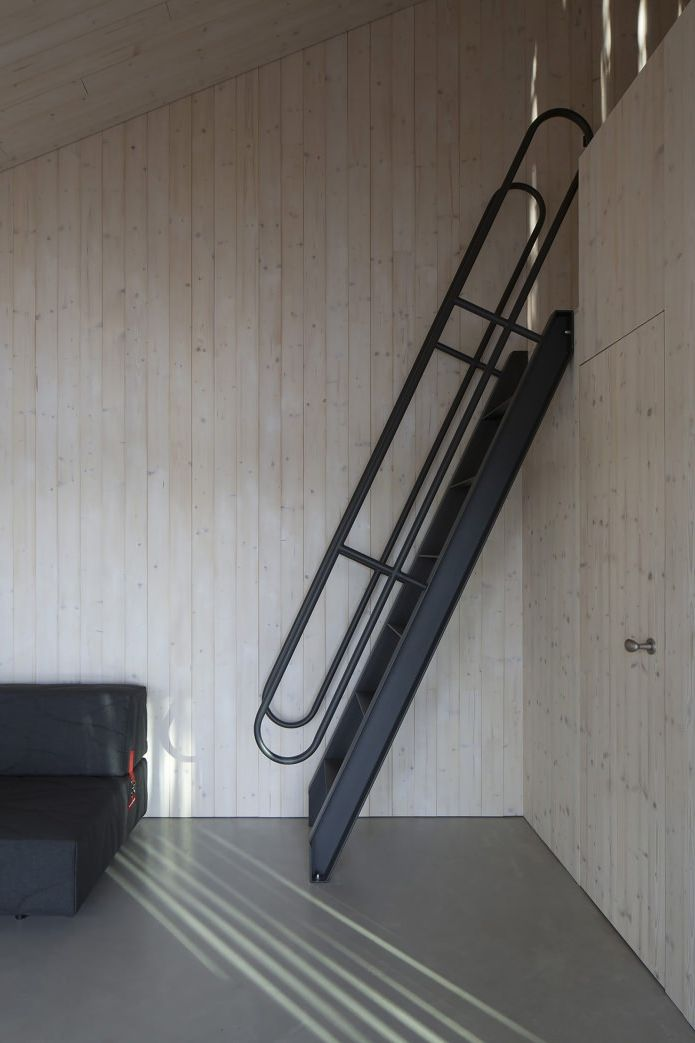 metalowe schody do sypialni na drugim poziomie