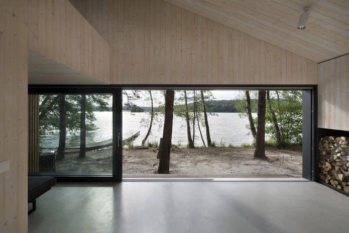 Widok na jezioro z małego, nowoczesnego domu