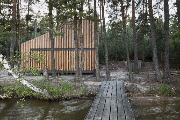 Mały, nowoczesny dom nad jeziorem