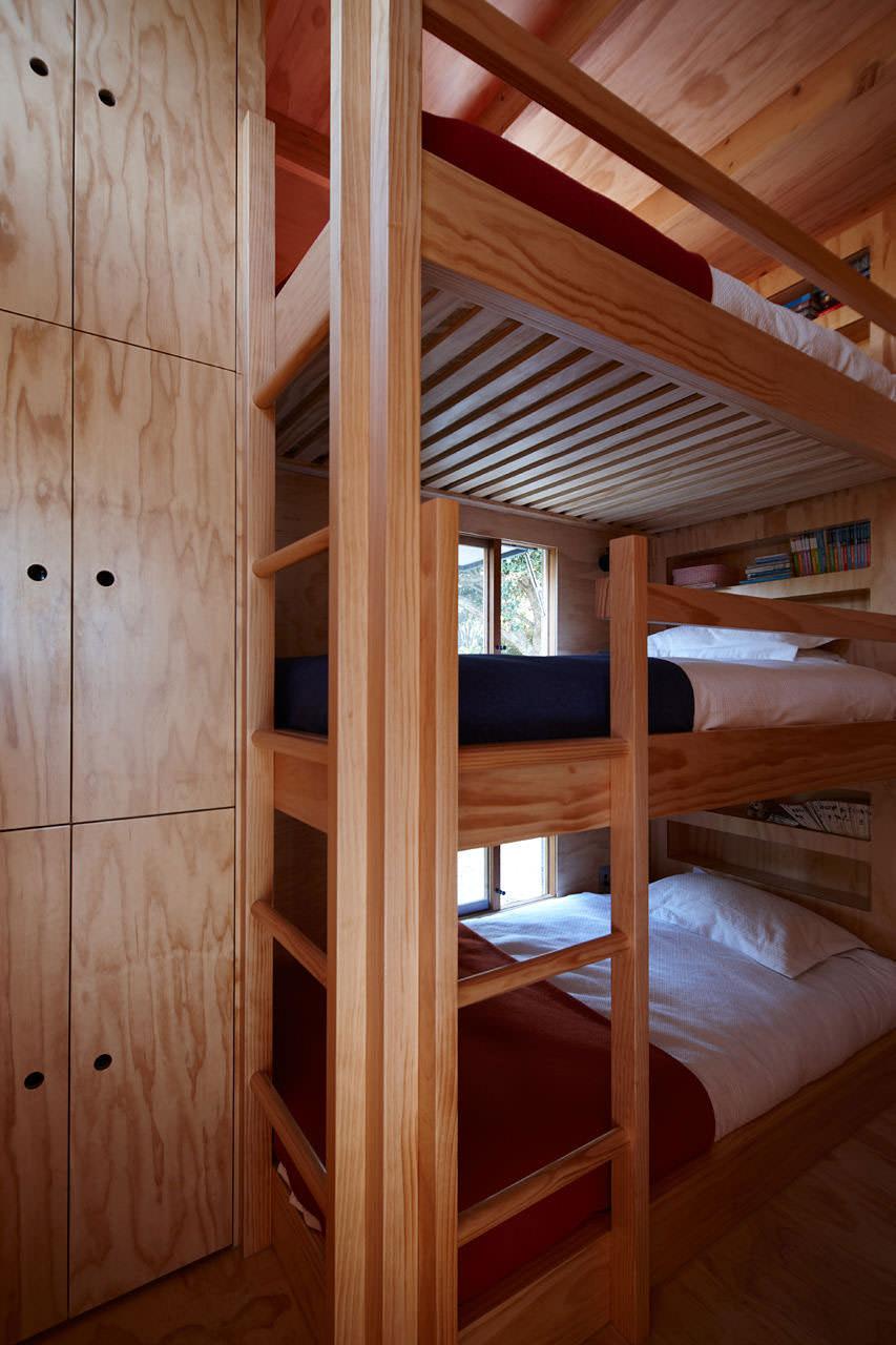 двуетажно легло в модерна малка къща