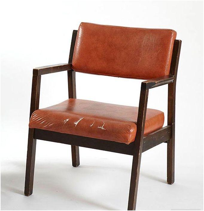 Stare krzesło z podartą tapicerką