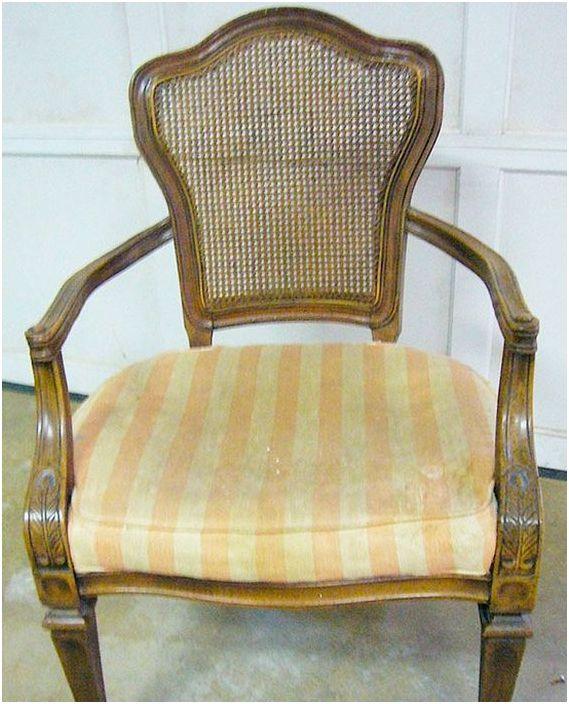 Stare krzesło wyglądało bardzo nieatrakcyjnie.