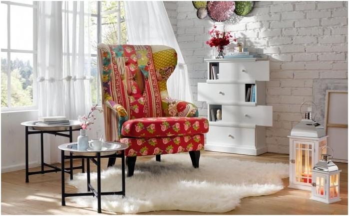 patchworkowy fotel we wnętrzu
