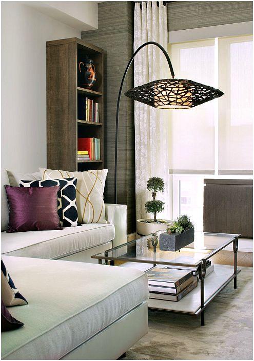 Напольная лампа, декорированная ротангом.