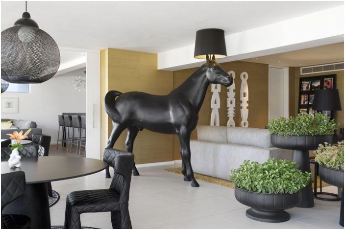 Напольная лампа в виде лошади.