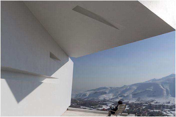 Три гледки / Къща. Панорамна гледка от прозореца.