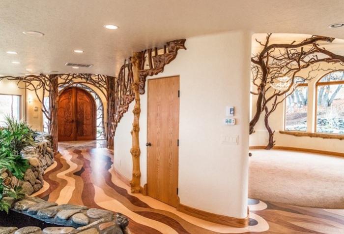 Shining Hand Ranch. Falista podłoga drewniana.