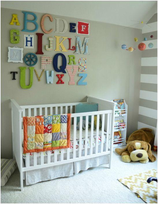Яркие буквы над кроваткой.