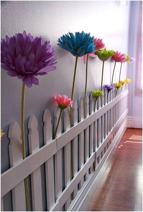 Декоративный заборчик и цветы.