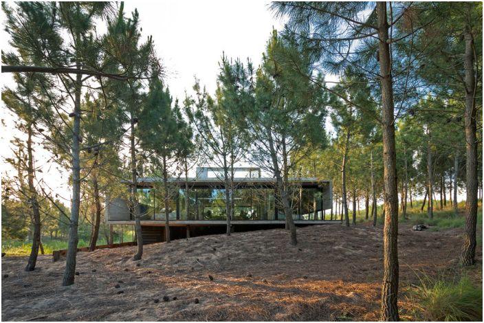 Селска къща в живописен пейзаж.