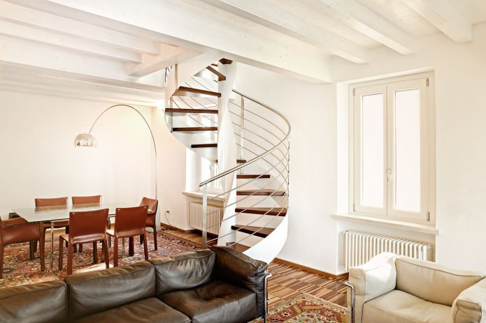 Варианти и характеристики на дизайна на стълби в частна къща