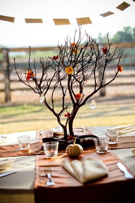 Ветки кустарников и деревьев — универсальный природный материал для украшения праздничного стола к любому событию.