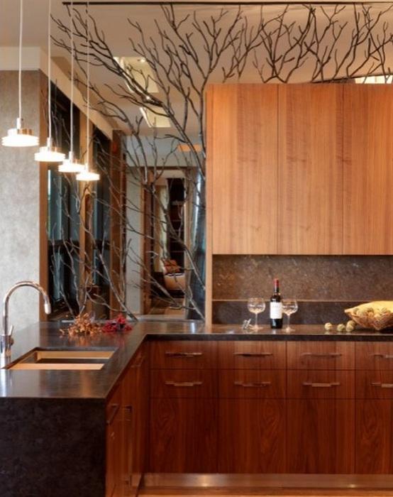 Интересная атмосфера на кухне и нестандартное её оформление ветками, добавит особенной атмосферы.