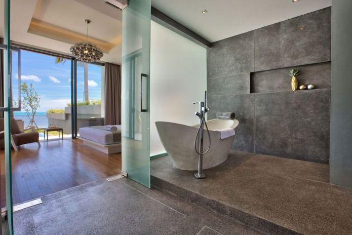 спалня с баня в интериора на вила на плажа