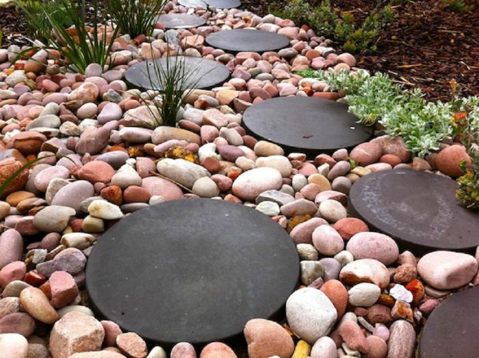 Пътека от камъчета и метални дискове.