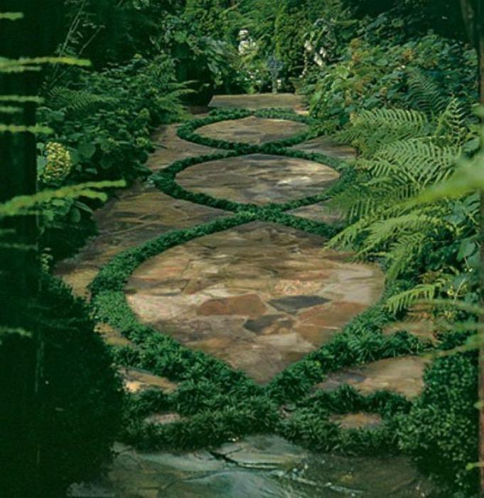 Каменна пътека с тревен модел.