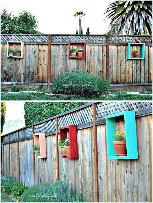 Ограда, украсена с рафтове с цветя.