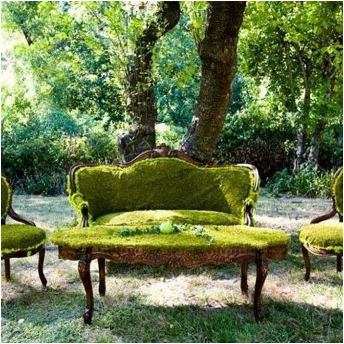 зелен мебели в градината.