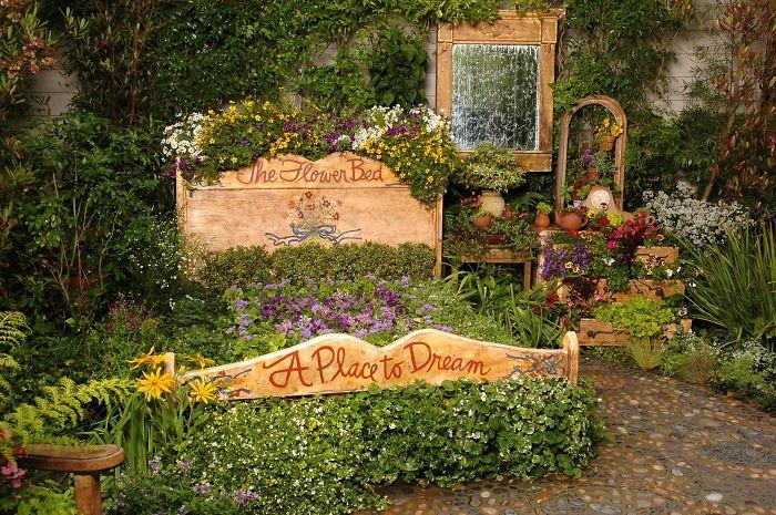 Место для мечтаний - отлично расположилось в самом центре огорода.