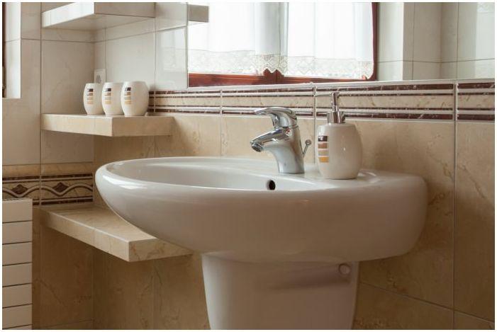 белая раковина в интерьере ванной