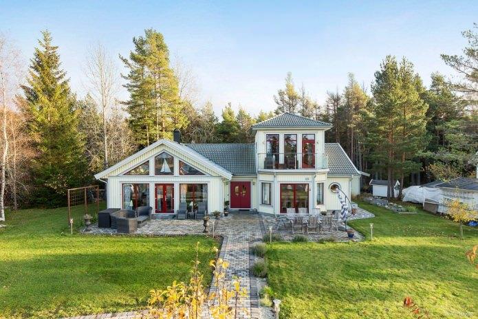панорамни прозорци в къща в скандинавски стил