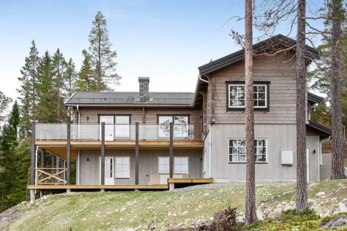 Фасада на дървена къща в скандинавски стил