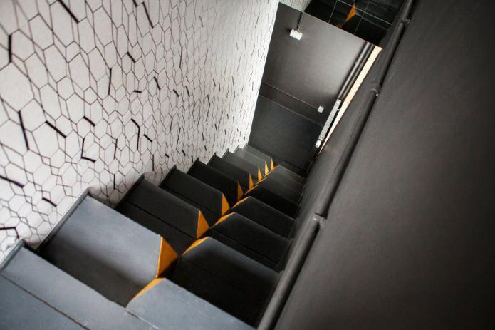 необычная лестница в загородном доме 100 кв. м.