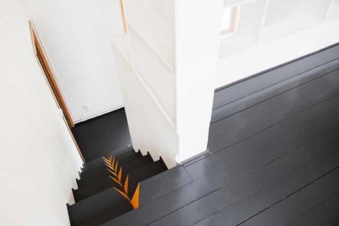 необычная лестница в загородном доме в стиле минимализм