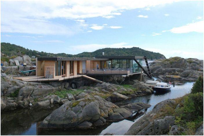 Селска къща, достъпна само с лодка.