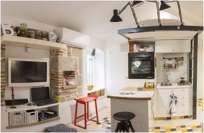 Жить на чердаке: комфортабельная квартира, площадью 18 квадратных метров
